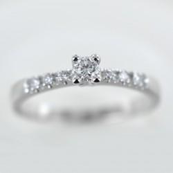 Anello Solitario in oro con diamante e diamanti sul gambo 00223