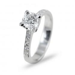 Bague solitaire avec diamant 0.65 et diamants sur la tige 00238