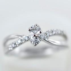 Anello Solitario in oro con diamante collezione Marilyn e diamanti sul gambo colore G 00242