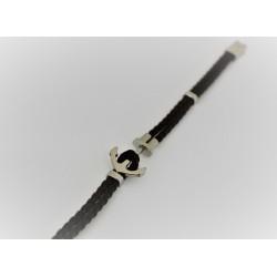 Le Bracelet est en caoutchouc brun et toujours en argent 925