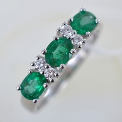 Ring with emeralds and alternating diamonds 00276
