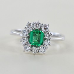 Halber Karat Smaragd Rosettenring und halber Karat Diamanten 00280
