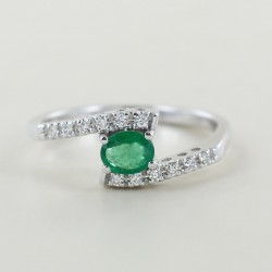 Fancy ring intertwined with diamonds and emerald 00281