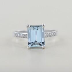 Gold ring with Rectangular Aquamarine ct. 2.50 and diamonds on the stem 00326