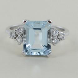 3 Karat Aquamarinring und Diamanttrilogie 00328