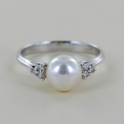 Ring with Akoya Pearl 7.00 - 7.50 and Diamonds 00347