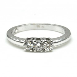 Trilogy ring in 18 kt white gold with diamonds